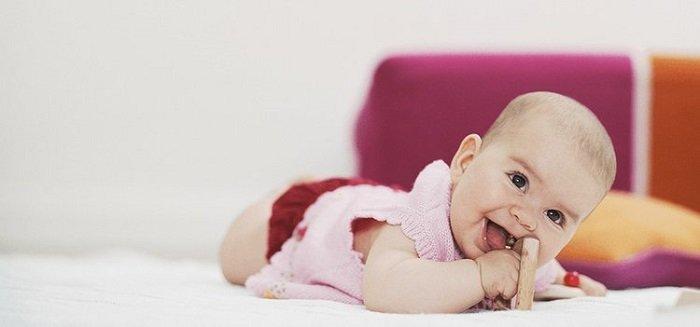 Ở giai đoạn này, khả năng vận động của bé phát triển tới mức bé có thể nắm đồ vật rất chắc.
