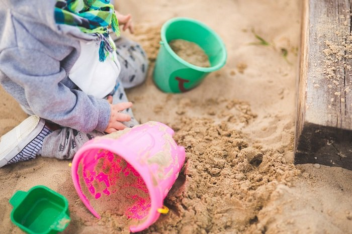 Việc cho trẻ chơi ở ngoài môi trường sống xanh, trẻ sẽ phát triển khả năng ghi nhớ không gian ngắn hạn.