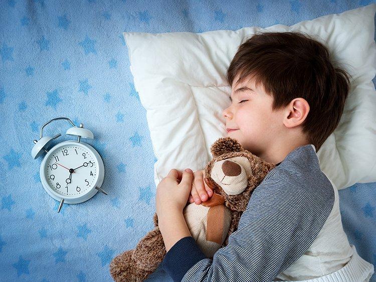 Xem tivi ảnh hưởng đến giấc ngủ của trẻ rất nhiều.
