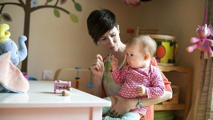 mẹ dạy bé ngôn ngữ ký hiệu