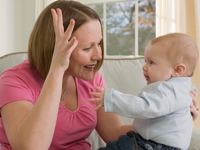 mẹ dạy bé sơ sinh ngôn ngữ ký hiệu