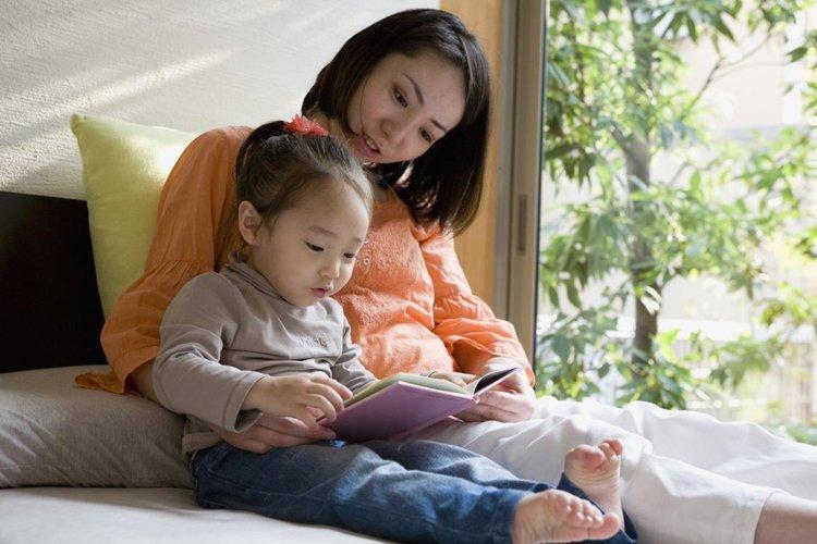 Hãy gắng giả giọng nhân vật trong truyện khi bố mẹ đọc sách cùng bé.