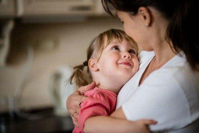 Hãy kiên nhẫn lắng nghe và có phản ứng nhanh chóng, phù hợp với bé.