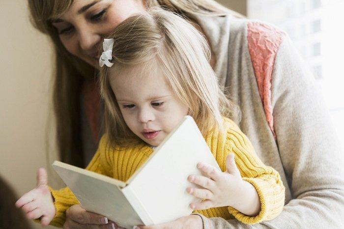 bé tập trung và tương tác với hình ảnh trong sách