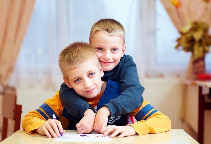 Anh em của trẻ tự kỷ không mắc bệnh tự kỷ.