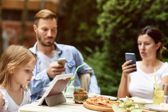Bố mẹ hãy làm gương cho con về việc sử dụng thiết bị điện tử hợp lý.