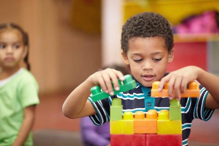 Trẻ tự kỷ và thiên tài có sự kết nối với nhau.