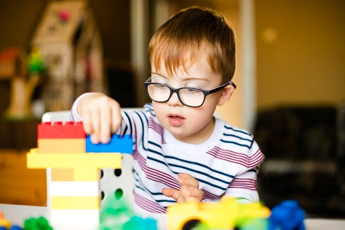 Bộ nhiễm sắc thể của trẻ tự kỷ và thiên tài có đỉnh giống nhau.