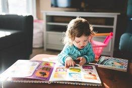 Để bé tròn 1 tuổi đã bắt đầu yêu đọc sách