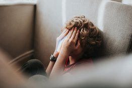 """Trẻ em ngại giao tiếp: nhút nhát hay mắc chứng """"sợ xã hội""""?"""