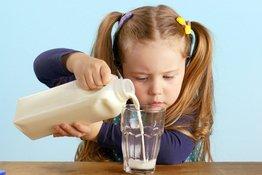 Bố mẹ cần biết về việc chuyển từ sữa công thức sang sữa tươi cho trẻ