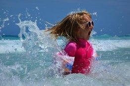 Trẻ sợ nước không dám tập bơi, bố mẹ nên làm gì?