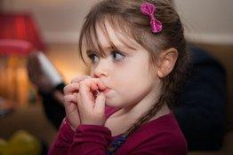 Trẻ cắn móng tay hoặc mút ngón tay - không tệ như bố mẹ tưởng!
