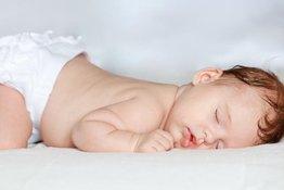 Bé ngủ nằm sấp có an toàn hay không? Bố mẹ nên làm gì khi bé nằm sấp
