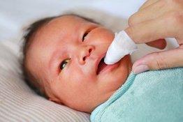 Rơ lưỡi trẻ sơ sinh đúng cách - những điều bố mẹ cần biết