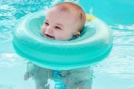 Có nên sử dụng phao bơi cổ cho trẻ sơ sinh tập bơi hay không?