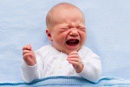 Trẻ sơ sinh đau bụng quấy khóc, bố mẹ phải làm sao?