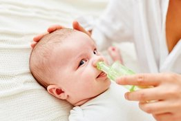 Bố mẹ nên làm gì khi trẻ sơ sinh bị nghẹt mũi khó thở?