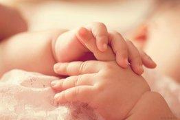 Trẻ em ra mồ hôi chân tay lạnh, bố mẹ phải làm sao?