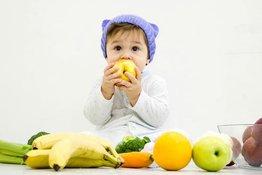 Trẻ mấy tháng ăn được hoa quả và bố mẹ cần lưu ý những gì?