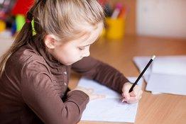 Bé thuận tay trái có nên tập viết tay phải hay không?
