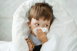 Trẻ bị sổ mũi phải làm sao và những biện pháp điều trị tại nhà