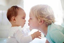 Bố mẹ nên làm gì khi trẻ có thêm em?