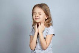 Trẻ bị viêm họng phải làm sao?