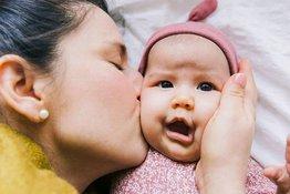 Hôn trẻ sơ sinh: Những hiểm họa về sức khỏe mà bố mẹ không nên bỏ qua