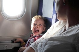 Tìm hiểu nguyên nhân khiến trẻ khóc trên máy bay và cách khắc phục