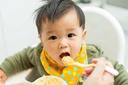 Bố mẹ phải làm sao khi trẻ sơ sinh bị nóng trong người?