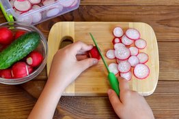 Làm sao để dạy bé dùng dao an toàn?