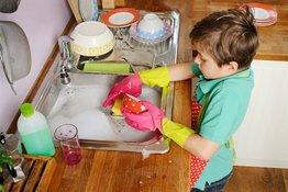 Dạy trẻ làm việc nhà và những điều bố mẹ nên biết