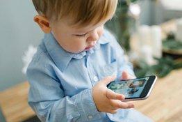 Dùng thiết bị điện tử nhiều sẽ ảnh hưởng đến sự phát triển não bộ của trẻ
