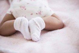 Có nên mang bao tay bao chân cho trẻ sơ sinh hay không?