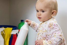 Cách sơ cứu khi trẻ uống nhầm hóa chất và phòng tránh nguy cơ ngộ độc ở trẻ