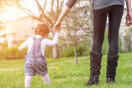 Trẻ em đi bộ nhiều có tốt không: Lợi ích của việc cho trẻ ra ngoài chơi