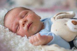 Trẻ bị mụn nhọt trên đầu: Nguyên nhân và cách điều trị