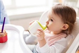 Cách sử dụng bình tập uống cho bé ăn dặm