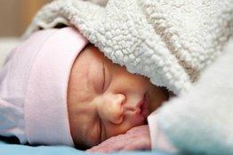 Có nên đắp chăn cho trẻ sơ sinh hay không?