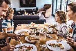 Cách giúp trẻ ăn ngoan trong bữa ăn gia đình.