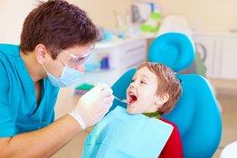 Bệnh ăn mòn chân răng ở trẻ em và cách xử lý khi răng sữa của trẻ bị mòn