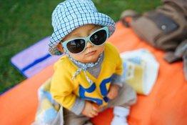 Trẻ sơ sinh có nên đeo kính râm hay không?