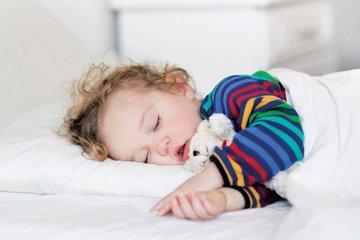 Điều chỉnh ánh sáng và âm thanh thế nào để giúp trẻ ngủ ngon?