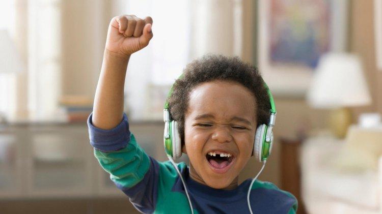 em bé nghe nhạc