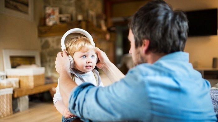em bé nghe nhạc cùng bố