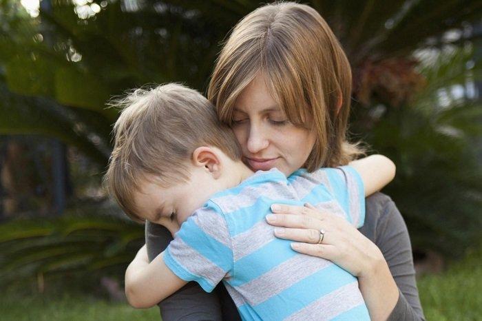Trẻ chậm thích nghi hoặc nhút nhát thường hơi căng thẳng.