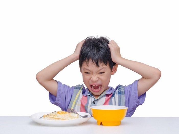 Trẻ khó tính thường phản ứng mạnh và tiêu cực với mọi việc