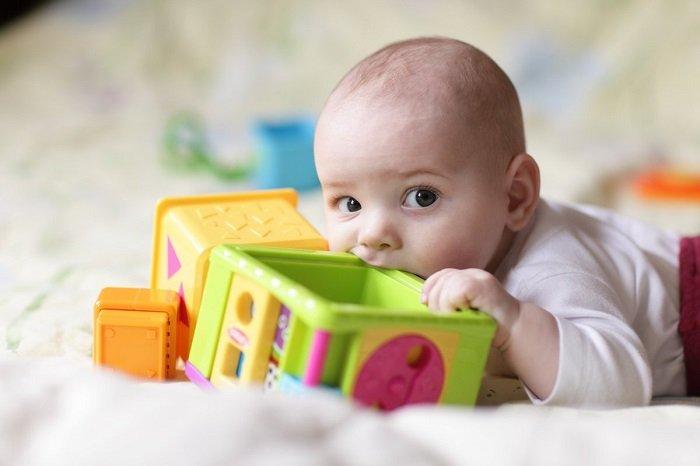 bé sơ sinh gặm đồ chơi, vấn đề về thính giác