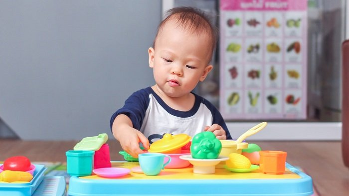 bé sơ sinh chơi đồ chơi, vấn đề về ngôn ngữ